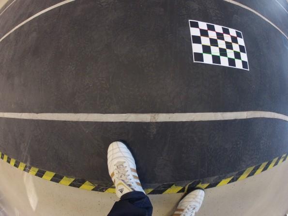 Foto eines ausgedruckten Schachbrettmusters, in welchem durch den Algorithmus die Schnittpunkte der Felder mit Markern versehen wurden